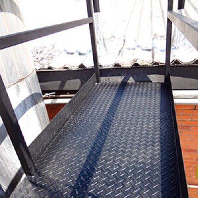 Passarela metálica para acesso ao telhado em Guarulhos - SP
